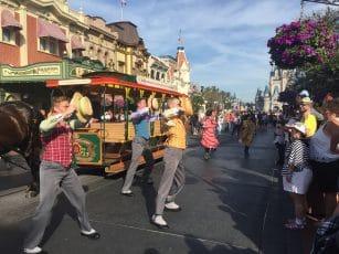 danseurs animation de rue dans Main Street USA