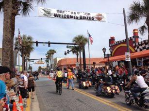 Rue de Daytona pendant la Bike Week