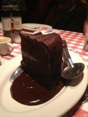 énorme part de gateau au chocolat pour une personne dans un restaurant américain