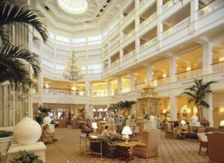 Le lobby de l'hôtel grand Floridian est décoré avec goût
