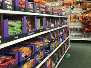 les magasins publix en Floride remplissent leurs rayons de produits pour halloween