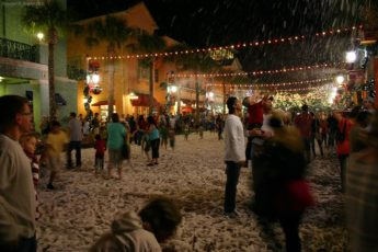 chaque année la ville de celebration en Floride fait tomber de la fausse neige pour noel en floride