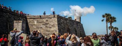 des touristes prennent des photos du fort de Saint Augustine en Floride.